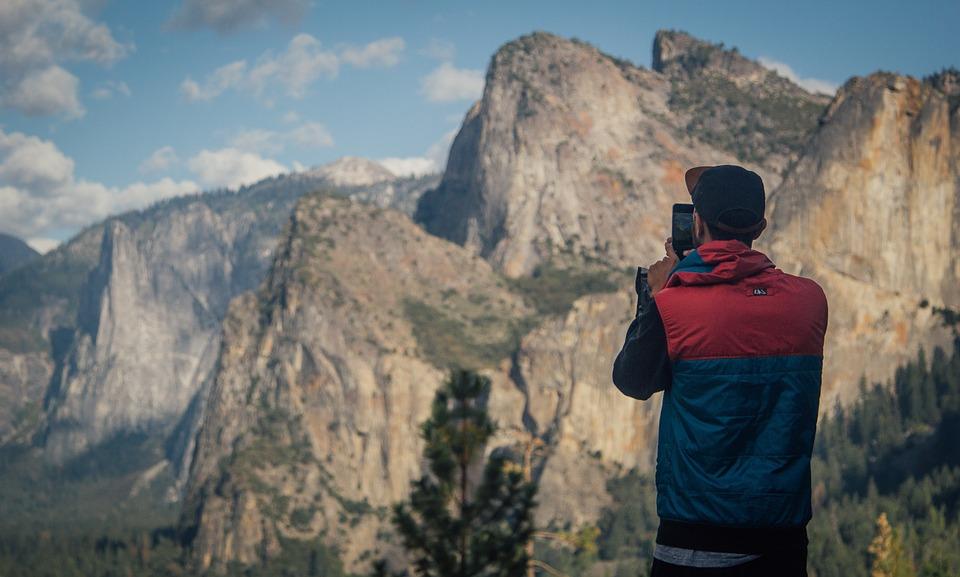 solo traveler enjoying photography